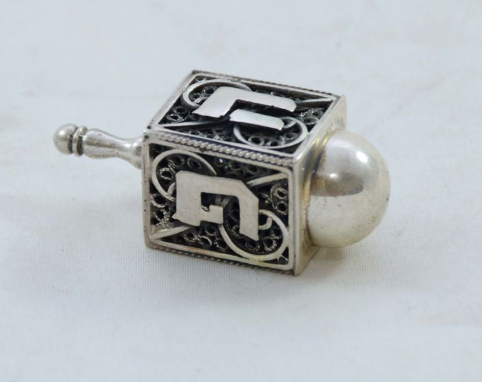 A silver Dreidel Sevivon for Hannukah - filigree with carved out letters - Israel - ca. 1950/1960