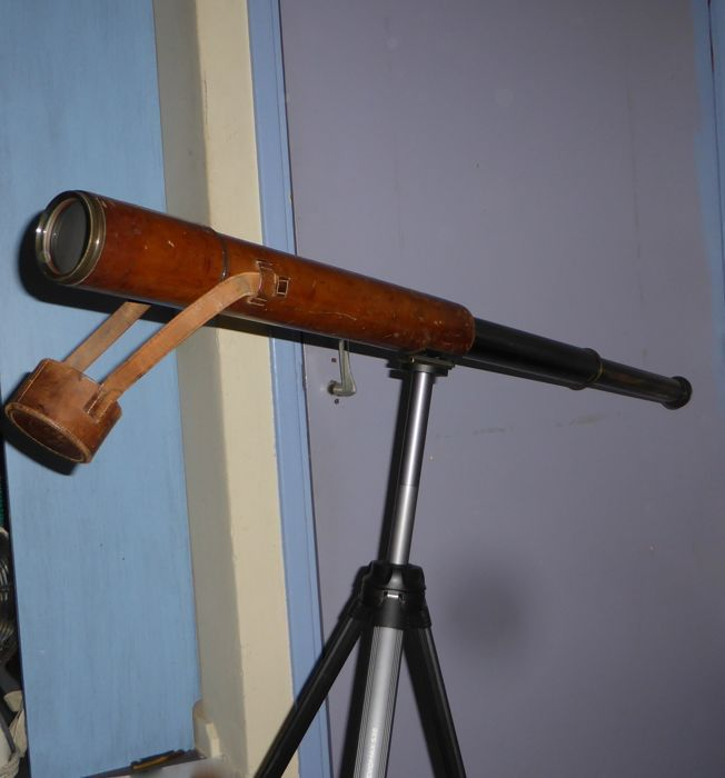 WW1 and 2 A English military 3 step telescope with original leather case. Maker: R. & J. Beck. Ltd. London.