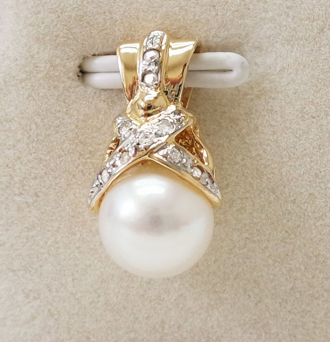 14KT Yellow Gold Pendant with 8 mm Saltwater Cultured Japanese Akoya Pearls & 0.063 cts Diamond