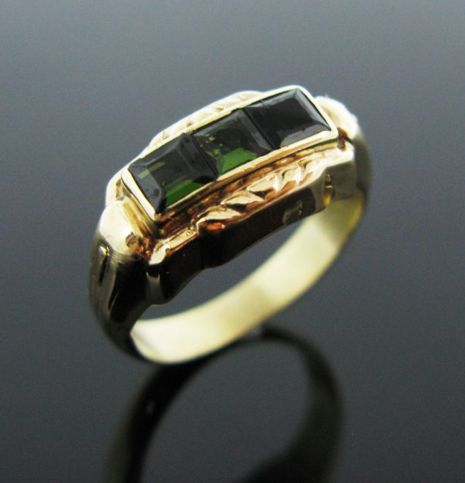 Weight: 3,4 gr - No reserve price - vintage ring 14 KT yellow solid gold set with 3 natural peridot square-faceted cut ct 0,75 tot