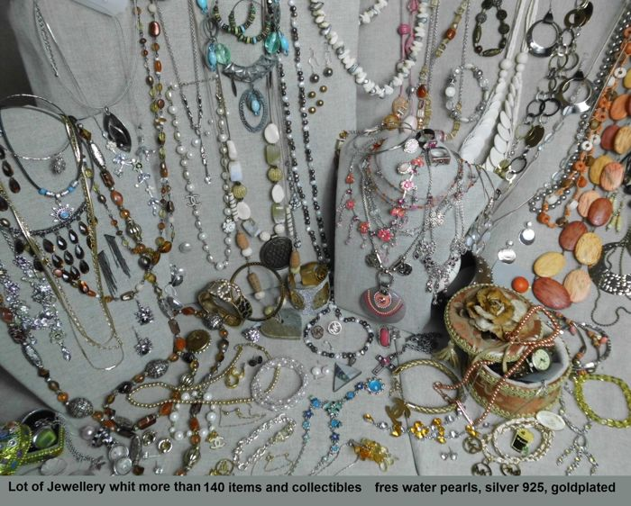 A massive lot of Jewellery with more than 140 items and collectibles.