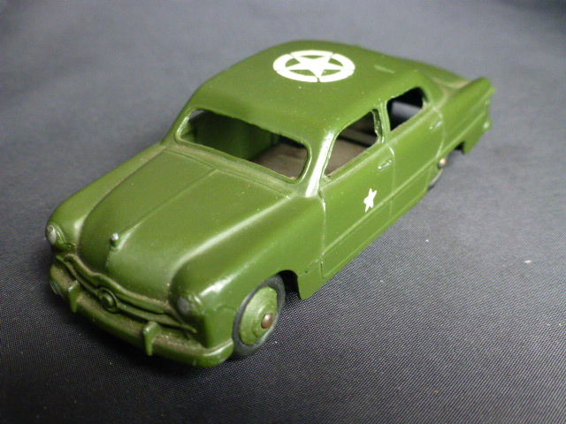 Dinky Toys - 1:43 - Ford Sedan 123am/675