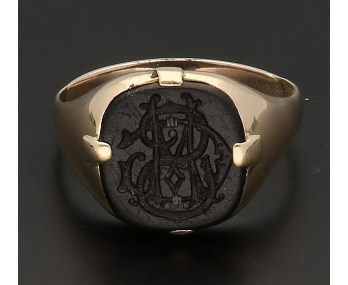 14 kt - Yellow gold signet ring set with tooled onyx - Ring size: 21.5 mm - NO RESERVE