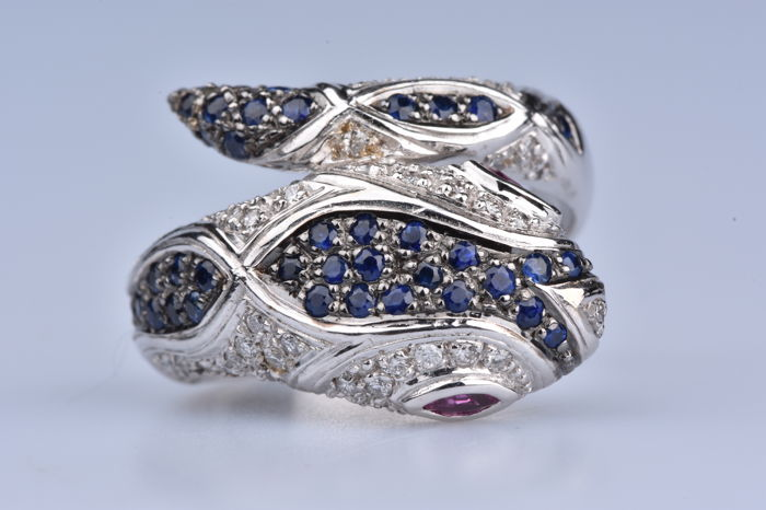 Ring in 18 kt white gold (750/1000) - 42 sapphires of 0.84 ct - 58 diamonds of 0.58 ct - 2 navette rubies of 0.08 ct total