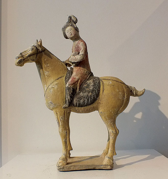 Mingqi - Töpferware - A Fabulous Painted Pottery Equestrian Musician, TL test - High 35 cm. - China - Tang Dynastie (618-907)