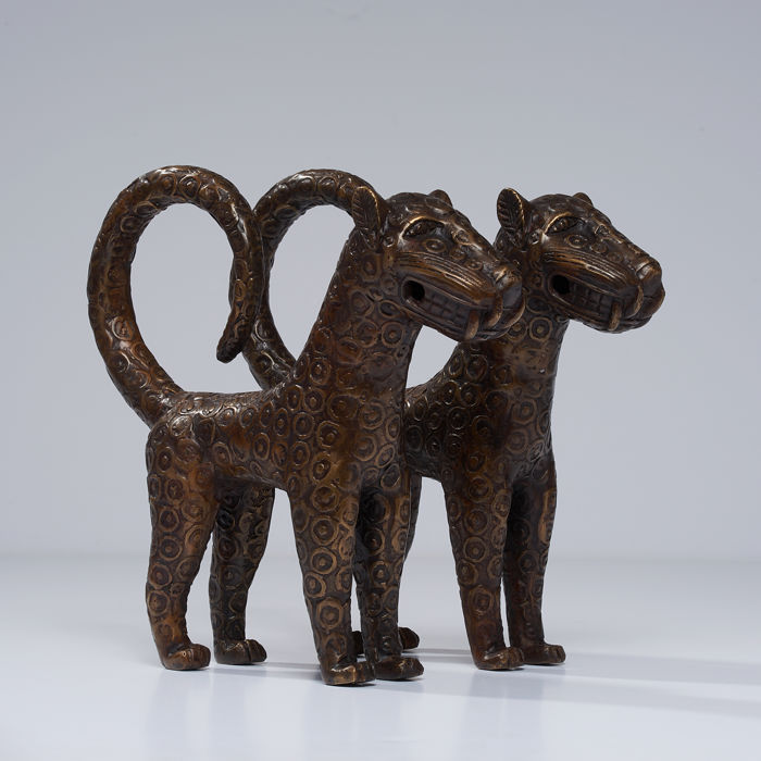 Sculpture (2) - African bronze - Benin Leopard Sculpture - Edo - Kingdom of Benin - Nigeria
