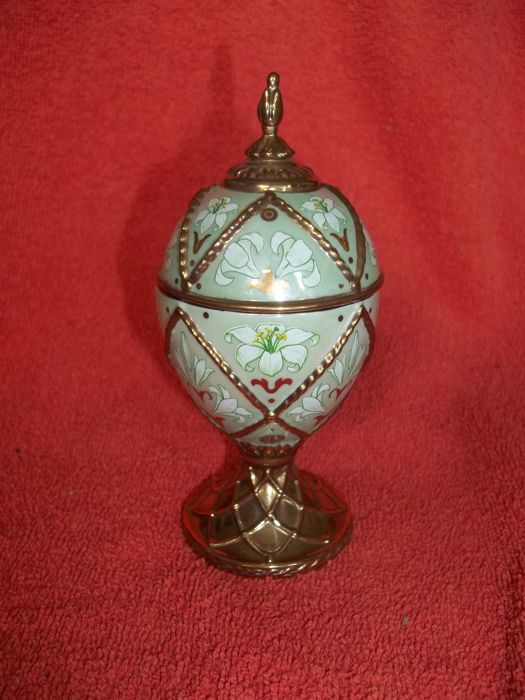House of Fabergé handmade gold-plated fine porcelain Musical Egg - Madonna Lily - Plays Tchaikovsky's Dance of the Reed Pipes - Very good condition.