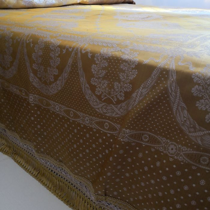 Damask fabric bedspread never used Dimensions: 270 X 240