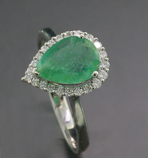 Emerald brilliant ring in drop shape, 1.50 carat in total, 750 white gold