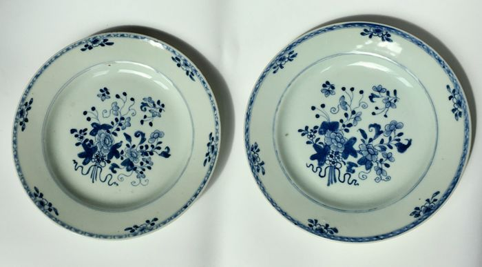 2 blue and white export plates with flowers - China - Qianlong period