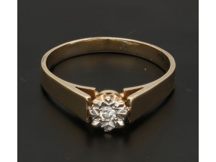 9 kt - Yellow gold ring set with a brilliant cut diamond of approx. 0.03 ct in a white gold setting - Ring size: 18 mm