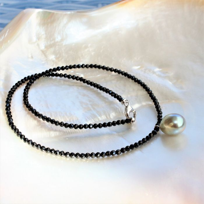 Necklace of faceted spinels with an oval Tahitian cultured pearl, Ø 11 to 13 mm - No Reserve Price