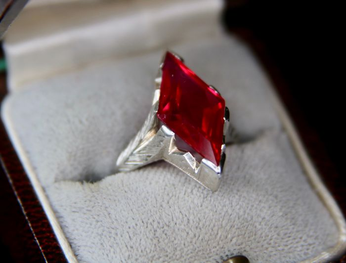 Vintage Marquise ring with master's marks of 14kt. White Gold set an faceted vernieul Ruby approx. 6 Ct in high frame.