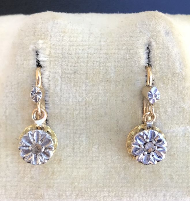1ade46eed Pair of dangling stud earrings from the 1900s in 18 kt gold, decorated with  diamond