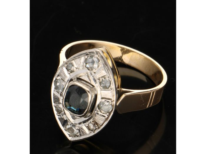 18 kt - Yellow gold women's ring set with a sapphire surrounded by diamonds of approx. 0.20 ct - Ring size 19.5 mm