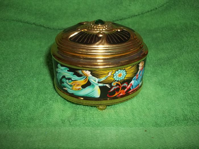 "The House of Fabergé - ""The Stone Flower"" music and jewellery box - 24 Carat gold plated - Limited Edition - Marked on the bottom - Very, very good condition."