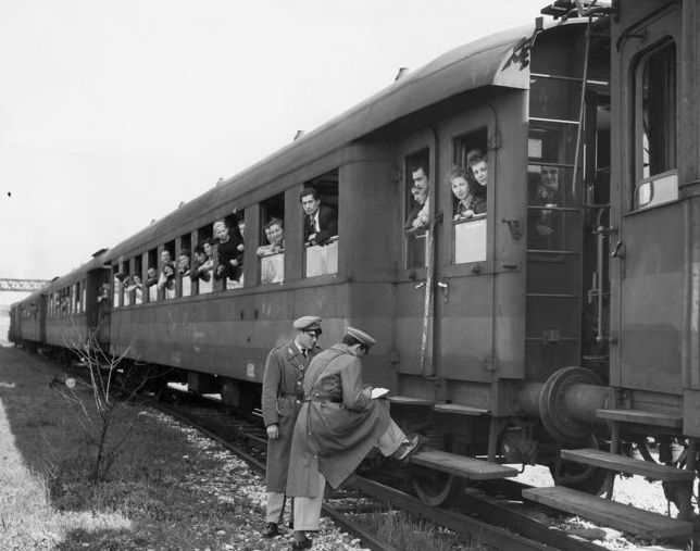 Unknown/Acme - 2 x Japanese Guards in the Ofuma prison Camp, 1945/ Jewish refugees being loaded into train, 1950