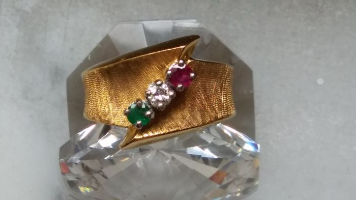 Yellow gold ring of 18 kt, brilliant cut diamond 10 ct  Brilliant cut ruby 10 ct  Brilliant cut emerald 10 ct  Diameter 19 mm