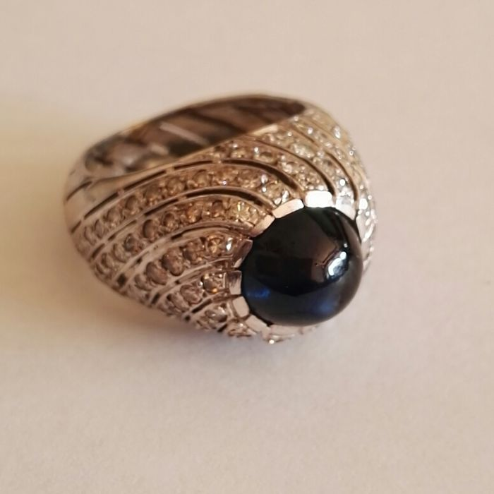 18 kt gold pinky ring with brilliant cut diamonds, colour H, clarity VS and central cabochon cut sapphire, weight 1.18 ct