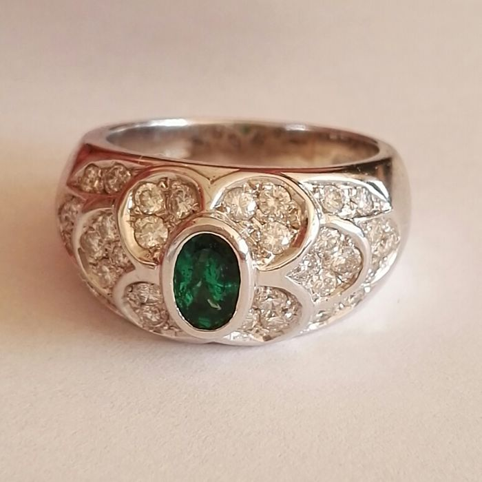 Ring in 18 kt gold with brilliant cut diamonds, colour H, clarity VS, 1.30 ct, and oval cut emerald, 0.60 ct - size 54