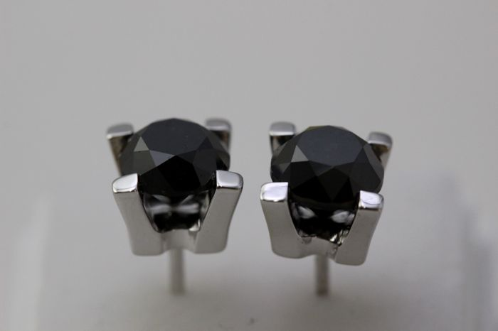 18 kt white gold ear studs with black diamonds of 2.90 ct in total