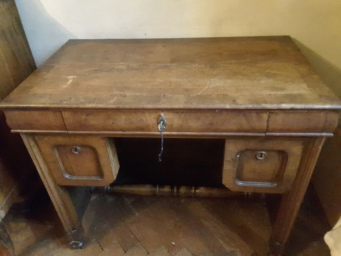 Old walnut desk or writing desk in the center. in first patina, in full Venetian Eclectic style - Solid walnut - Late 19th century