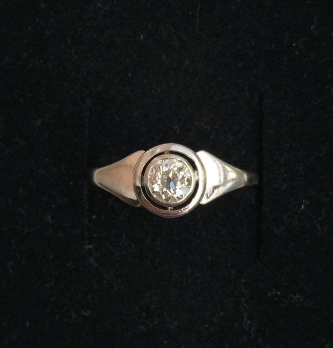 White gold ring with 0.60 ct diamond