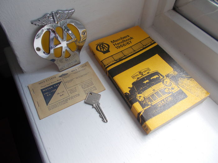 Insigne - AA car badge ,hand book, key , fuel ration book - 1966-1970 (3 items)