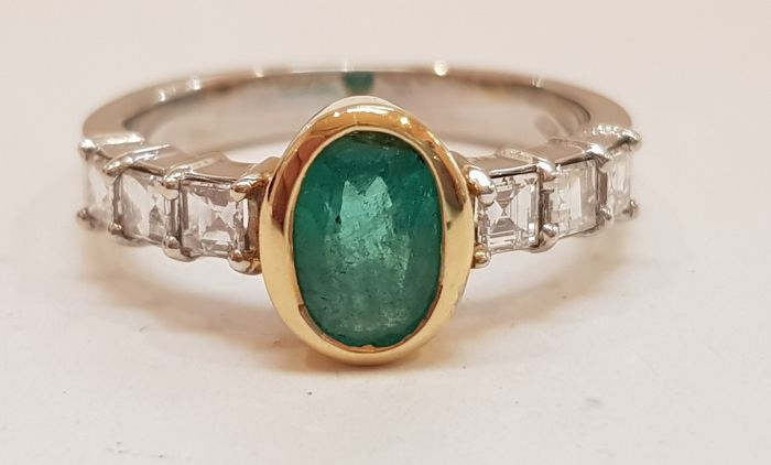 Gold ring (18 kt) with emerald and diamonds