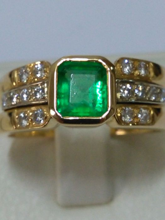 18 kt gold ring with emerald and natural diamonds (No Reserve)