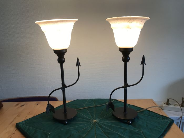 Two table lamps on spherical feet of brass and cream-coloured frosted grey shade