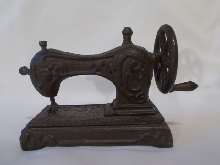 A sewing machine in miniature, cast-iron child toy - 19th century
