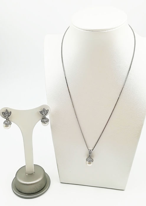 Set in 18 kt white gold consisting of  chain with pendant and earrings mounted with pearls cultured in oyster of 8.50 mm diamonds of brilliant cut COLOUR G VS TOTAL 1.15 ct Chain 45.00 cm earrings 2.00 cm pendant 1.70 cm total weight 12.90 g