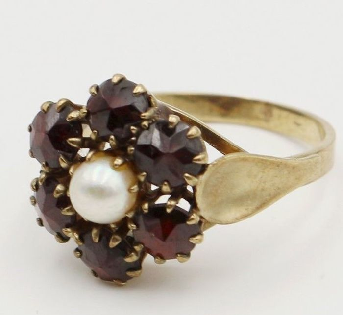 Antique approx 1910 gold ring with a ring head full of Bohemian garnets for 2,76ct and a central Akoya pearl
