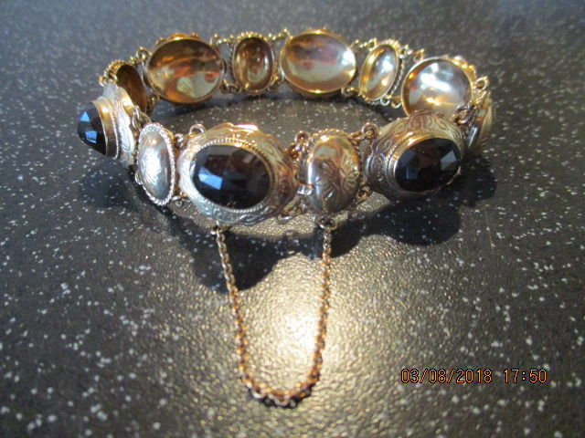 14 kt Gold bracelet with oval faceted garnets