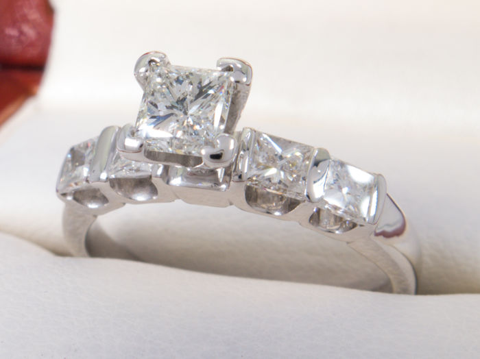 1.16 ct - 0.45 ct solitare princes cut Si1 diamond central - No Reserveprice