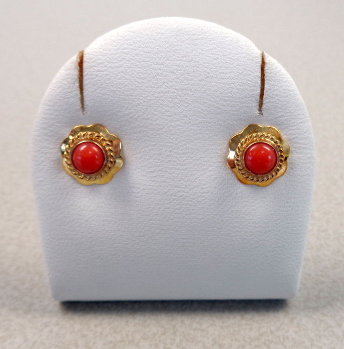 14 kt gold earrings with precious coral