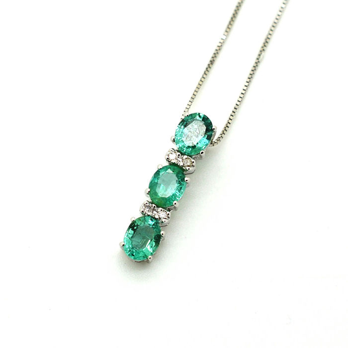 Chain and trilogy pendant in 18 kt gold with emeralds and brilliant diamonds - chain 42 cm