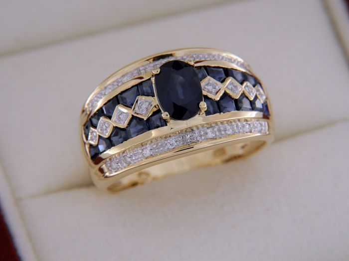 4.10 ct sapphires and diamonds - 18 kt yellow gold - Ring size: 58
