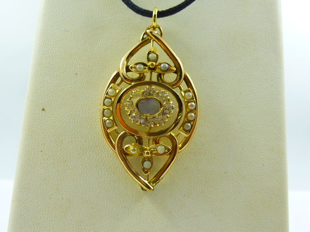 1930s pendant in gold with mother of pearl and seed pearls