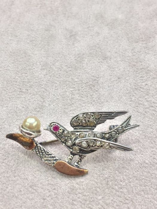 Antique pin from 1920 with pearl, diamonds and ruby