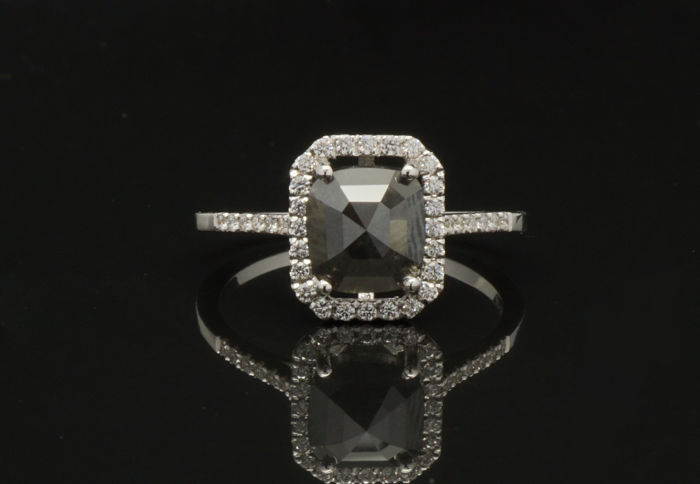 18KT gold ring set with 1.76 Cts Untreated Natural Diamond - No Reserve