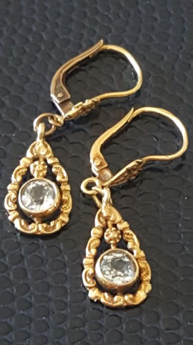 Antique Art Nouveau earrings in 8 kt gold with white sapphires