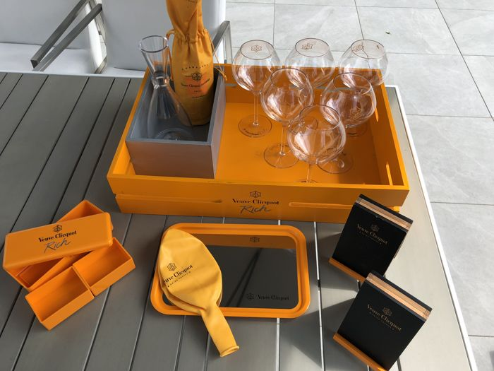 Veuve Clicquot Set containing 16 items