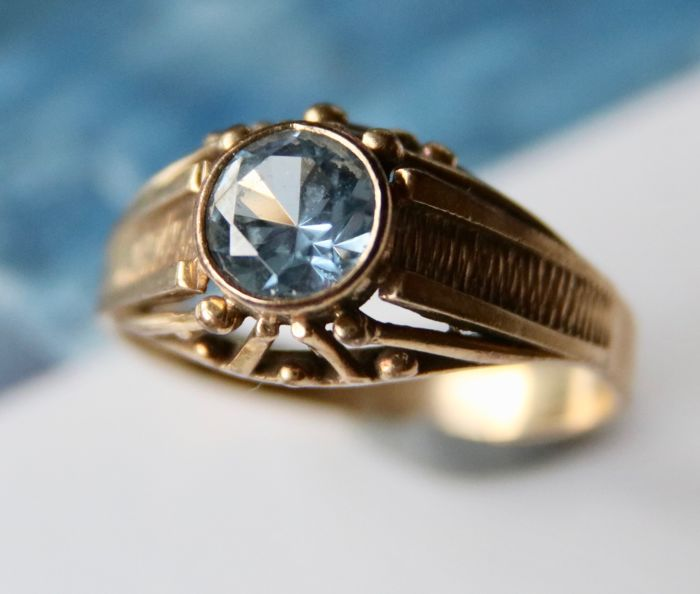 Antique gold ring set with a 1,0ct Spinel on a pierced ring head **No reserve**