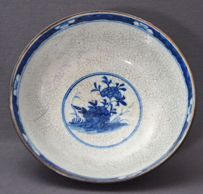 Deep Nanking bowl with thick crackleware glazing and a scene of a bird on a rock - China - 19th century