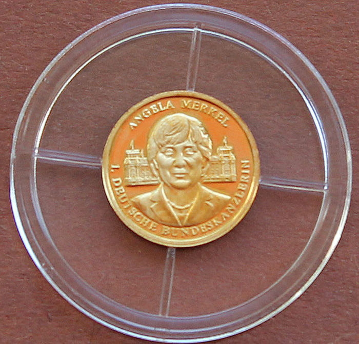 "Set - 1x gold medal ""Angela Merkel"" + 2x giant embossing 70 mm ""Brandenburg Gate/world champion"""