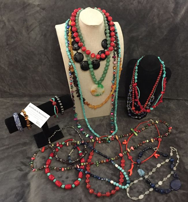 A collection of 17 coral necklaces and semi-precious stones (jade, amber,sodalite , amazonite, agate, onyx, hematite, turquoise, rutile quartz), pearls and shells are new, unused.