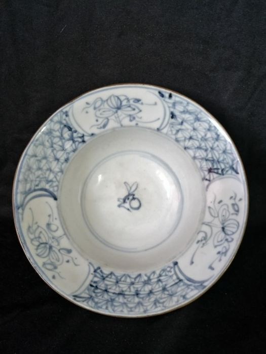 Blue white bowl in porcelain decorated with flowers - China - 19th century