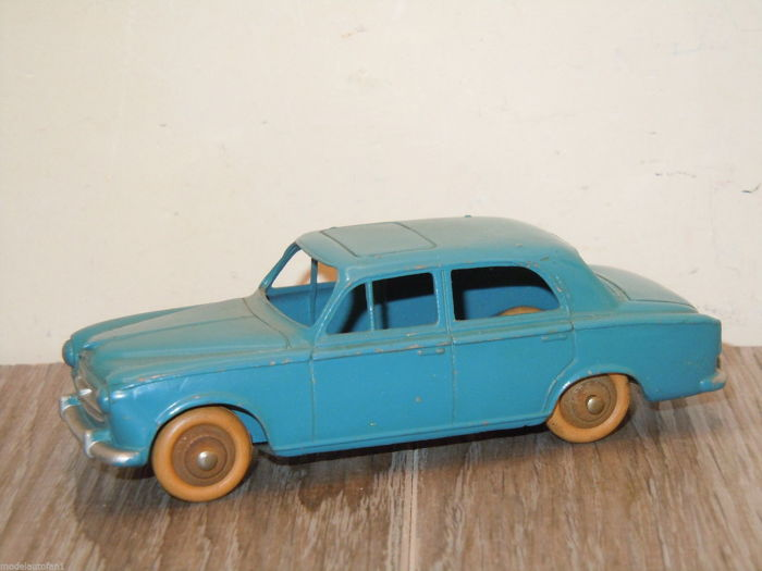 Dinky Toys - 1:43 - Peugeot 403 Saloon #24B